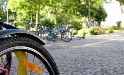 Fahrradständer auf dem Schulhof