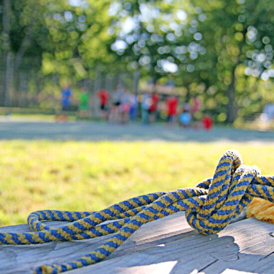 Seilspringen auf dem Sportplatz
