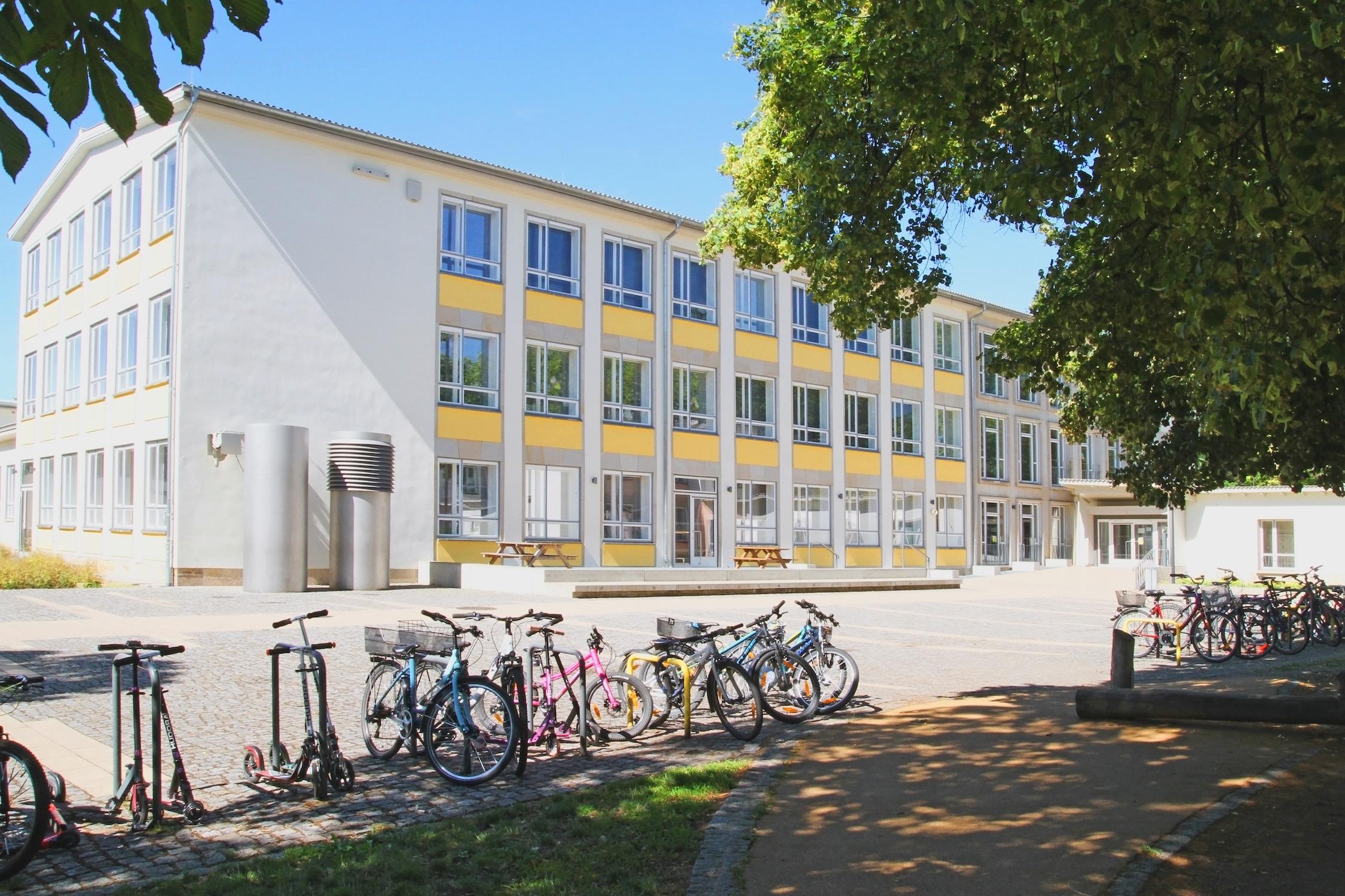 Schulgebäude von der Hofseite